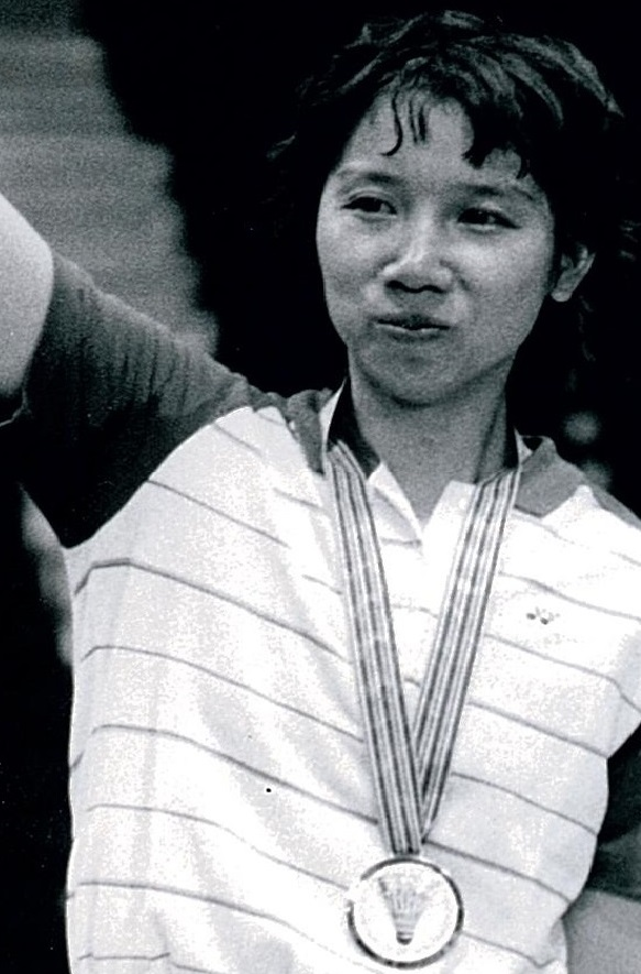 Han aiping with her wd winners medal at 1985 w cships - pic by peter richardson (c)