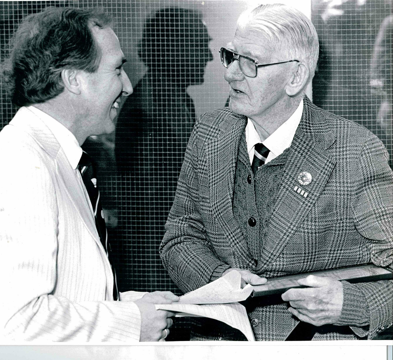 Pe nielsen presenting frank devlin with the ibf dist serv award in 1986 - pic by sportsfile ltd