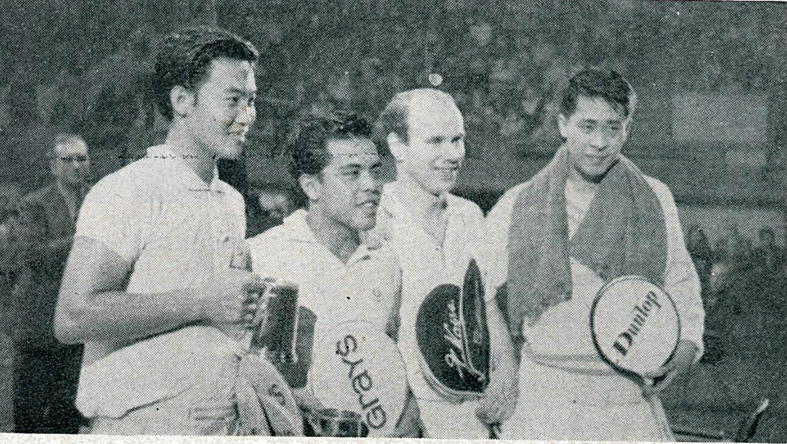Tan yee khan + ng boon bee holding tankards with kops and oon chong jin - all england 1965 - pic by a mutch