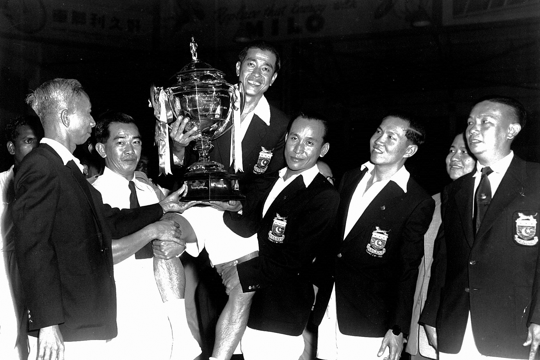 Malayans carry wong peng soon with thomas cup trophy in 1952 after beating  singapore 7-2. ong poh lim 4th from r - picture by straits times singapore