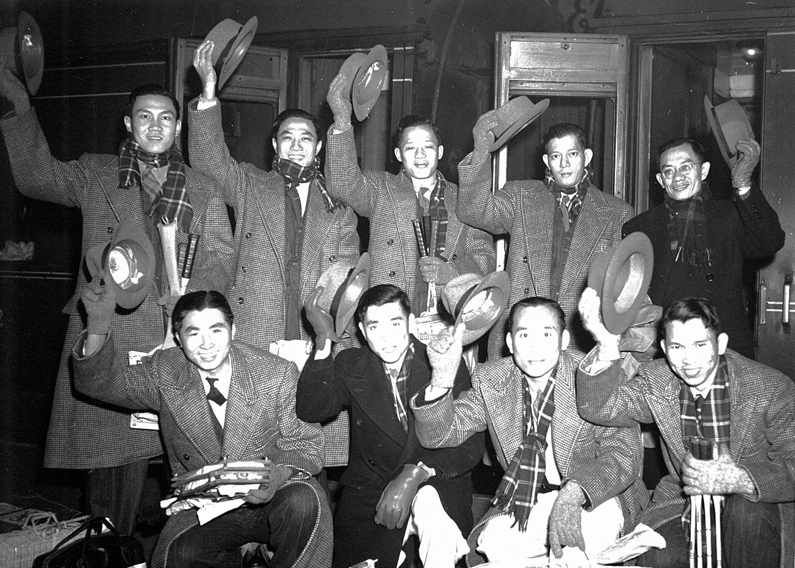 Ong poh lim (sqautting 2nd from r) with 1949 malayan thomas cup team - ap picture