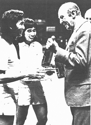 Tjun tjun (r) + wahjudi (ina) receive their trophies from all england patron the duke of beauford - wb june 1980 -  pic by louis ross 308
